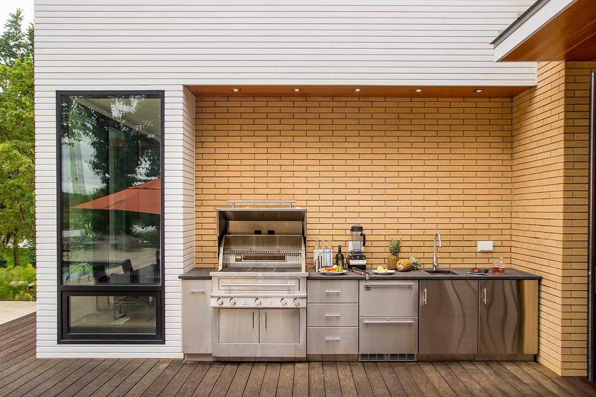 Gratar electric exterior amaplasat langa casa cu chiuveta si mobilier de inox