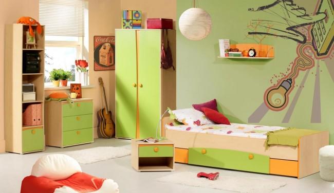 camera tineret pe culoare orange cu vernil