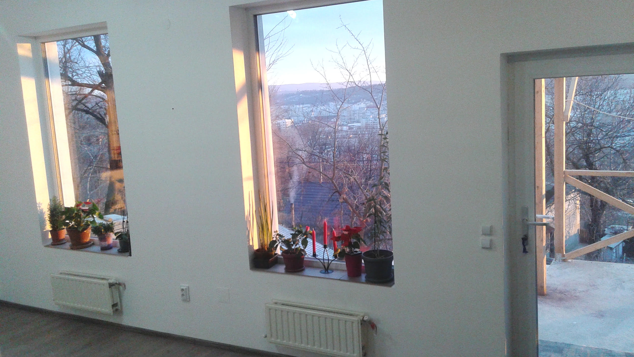 Living cu ferestre multe pe un perete