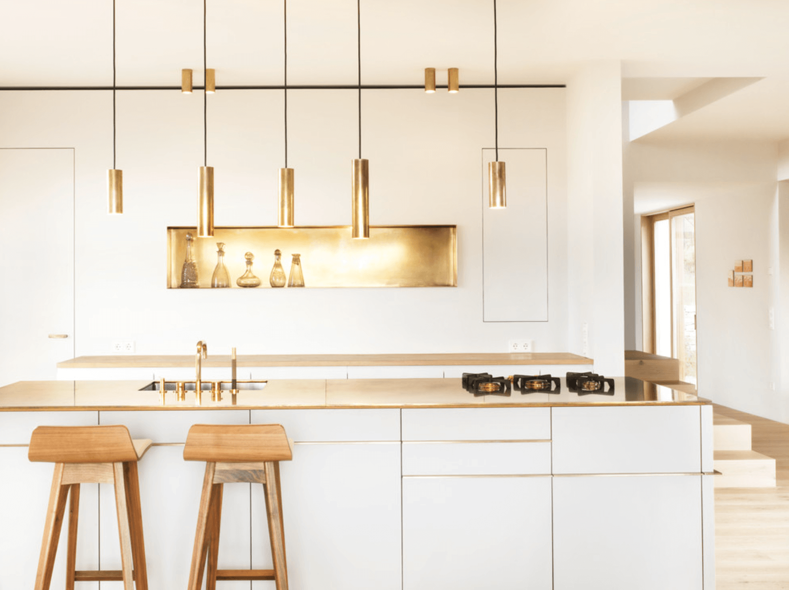 Bucatarie moderna alba cu accente aurii