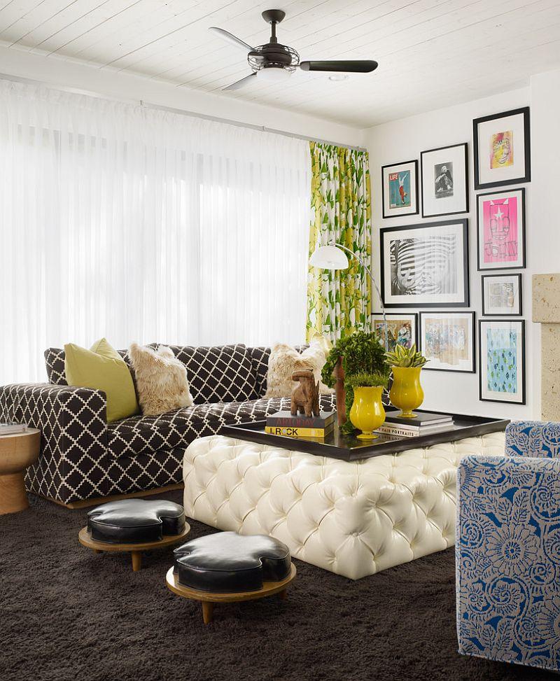 Canapea cu imprimeu alb-negru si masa alba cu tapiterie din piele