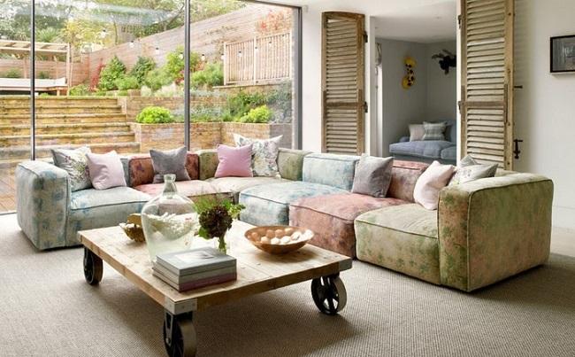 Canapea modulara cu imprimeu si masa rustica cu roti