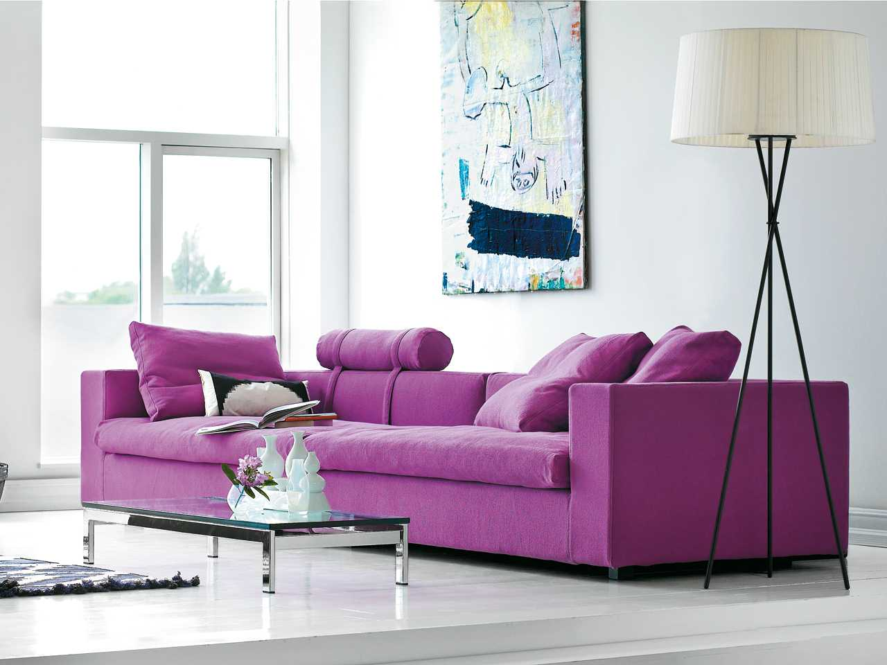 Canapea mov cu lampadar metalic negru cu abajur alb si masa din sticla cu suport metalic