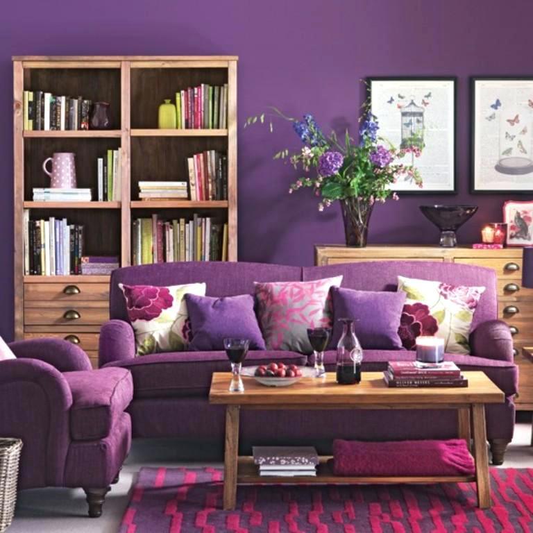 Canapea mov cu perne decorative cu imprimeu floral si mobilier din lemn