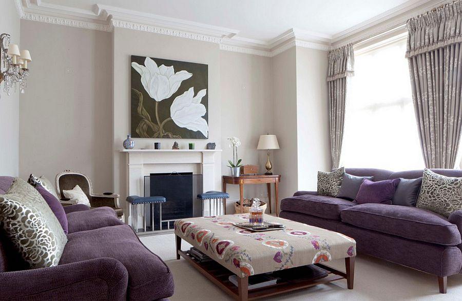 Canapea mov si masa de cafea din lemn tapitata bej cu imprimeu floral in living cu semineu