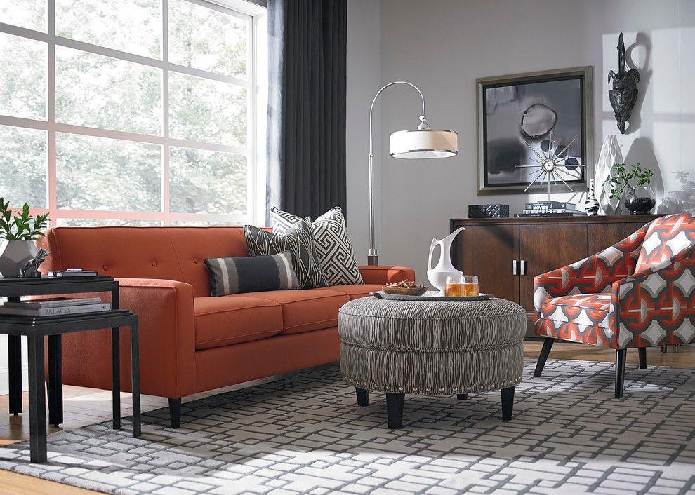 Canapea portocalie cu perne alb-negru si taburet rotund gri