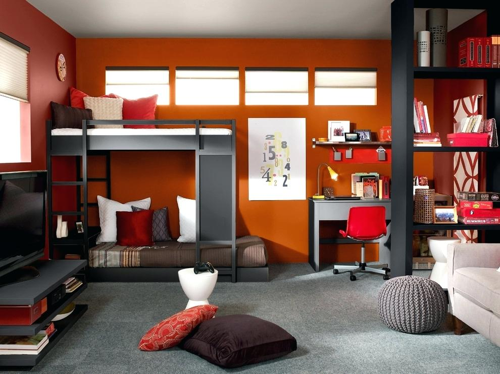 Dormitor rosu cu mocheta gri si mobilier negru cu paturi suprapuse