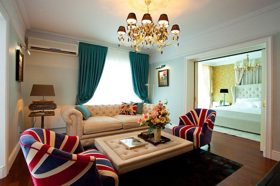 Draperii turcoaz in living cu canapea alba din piele si candelabru auriu cu abajururi maro inchis