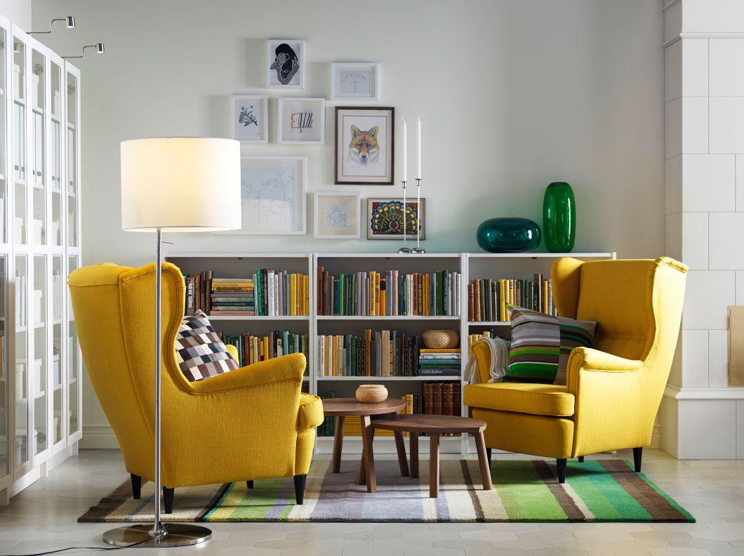 Fotolii galbene cu perne decorative si covor cu imprimeu verde