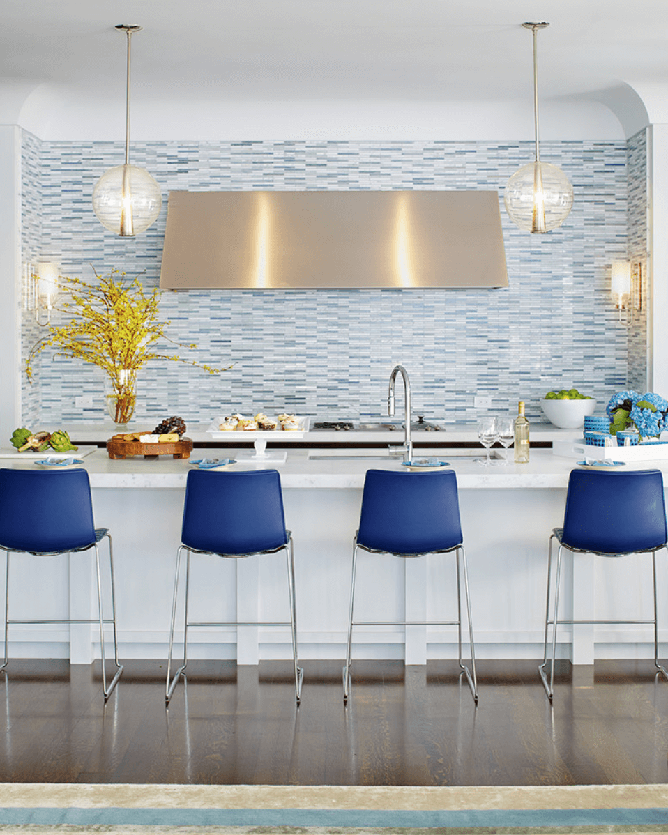Insula bucatarie lba cu scaune inalte albastre