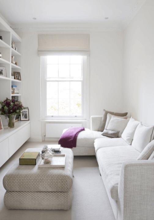 Living ingust alb cu canapea coltar si masa-taburet