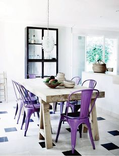 Masa din lemn cu scaune mov
