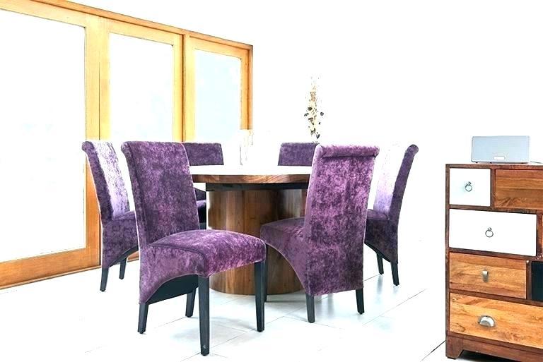 Masa rotunda din lemn cu scaune mov tapitate