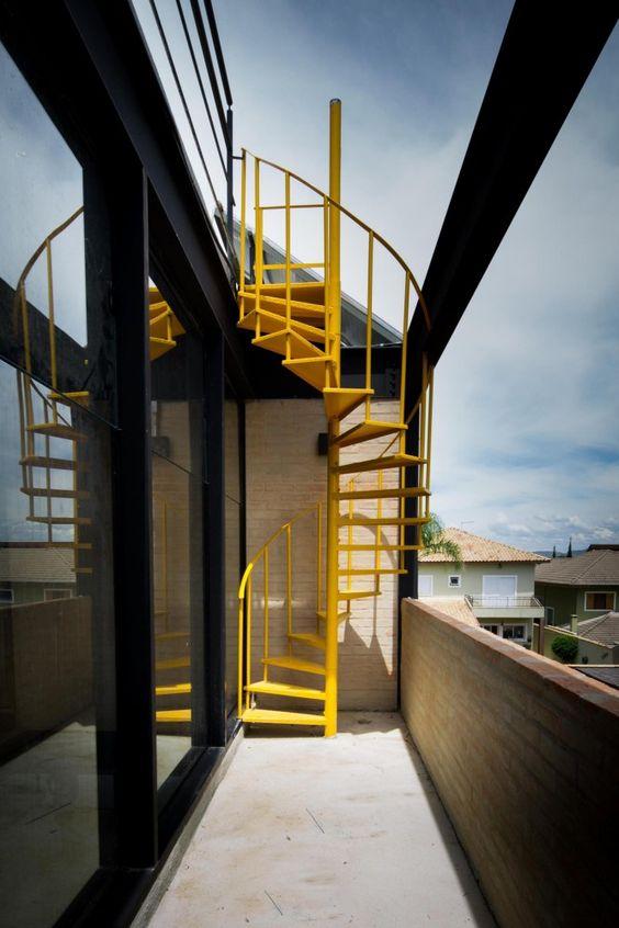 Balcon cu scara exterioara elicoidala metalica galbena