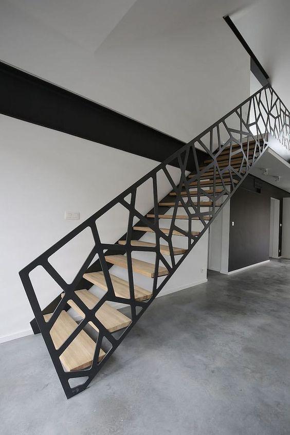 Scara interioara cu trepte din lemn incastrate in perete si balustrada ddin cabluri de otel