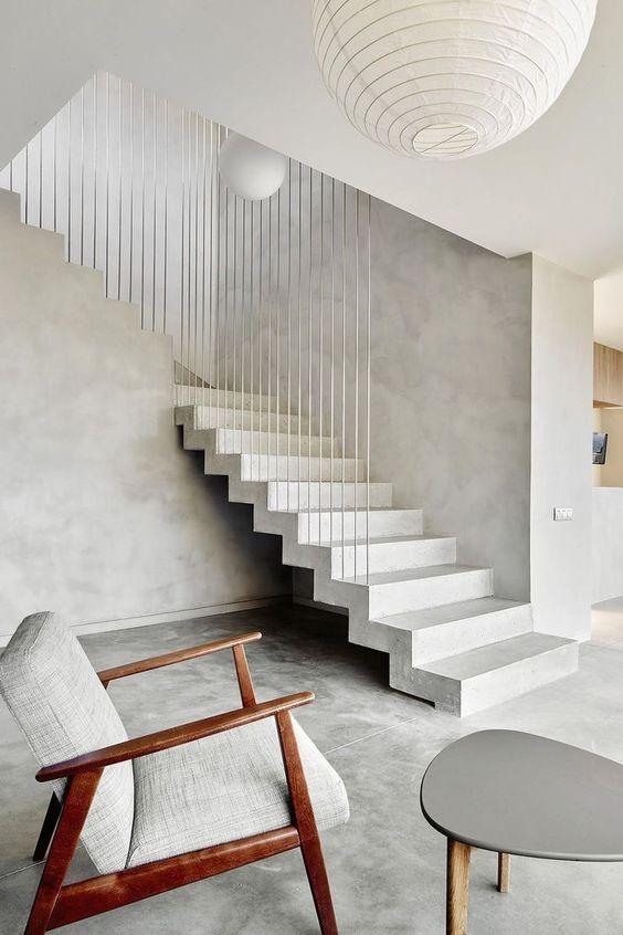 Scara din beton alb cu parapet din bare metalice verticale argintii