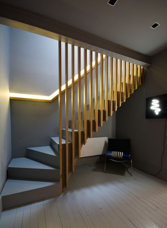 Scara din beton balansata gri cu mana curenta luminata si riflaj din lemn despartitor