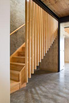 Scara din lemn cu riflaj despartitor de lemn cu scanduri verticale
