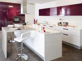 Bucatarie cu mobila alba si fronturi roz inchis
