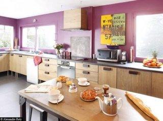Bucatarie cu mobila in stil industrial si pereti zugraviti in roz inchis