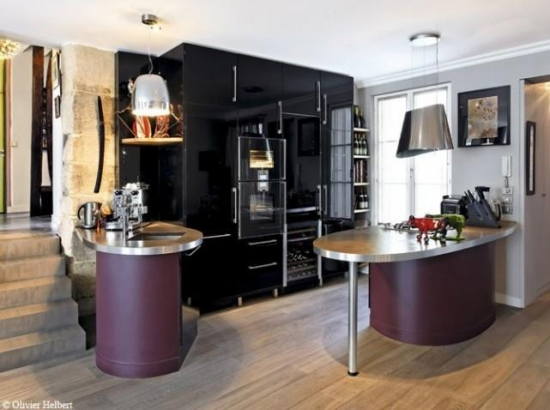 Bucatarie cu mobila lucioasa neagra si accente de culoarea violet