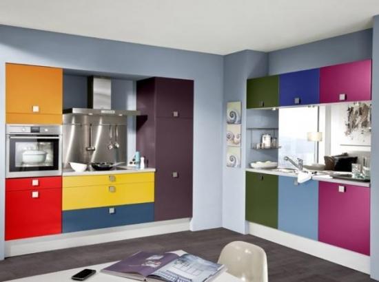 Bucatarie cu mobila multicolora