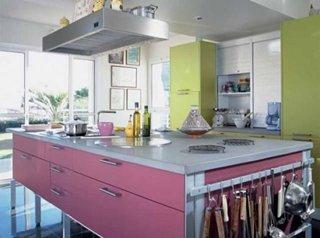 Bucatarie cu mobila roz si verde mar