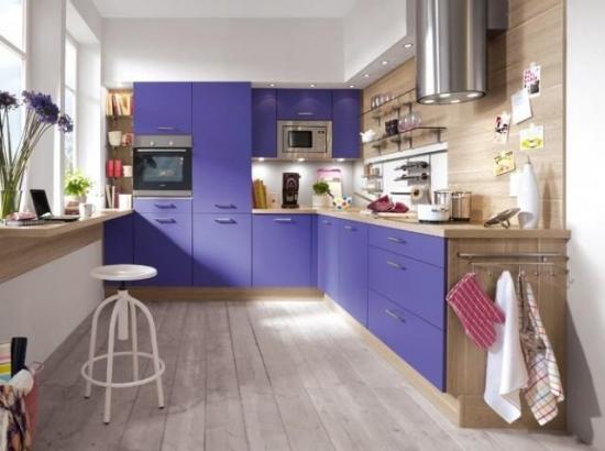Bucatarie placat cu lemn si mobila cu fronturi violet