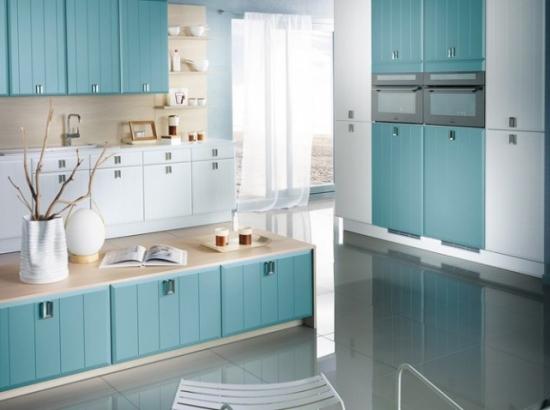 mobila albastru deschis cu alb si pardoseala lucioasa gri deschis asortata cu aragazul din inox. Black Bedroom Furniture Sets. Home Design Ideas