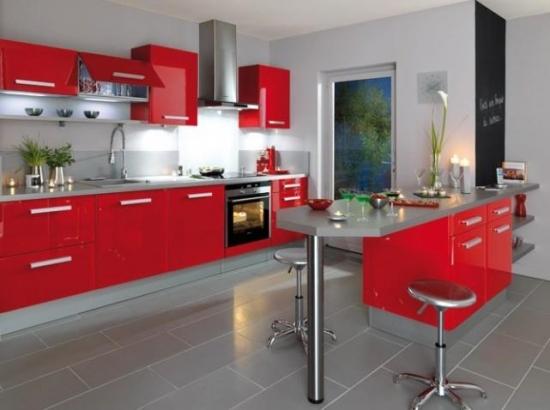 Mobila de bucatarie rosu carmin si blat de lucru gri for Table pour cuisine americaine