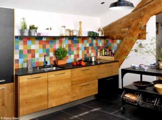 Mobila din lemn masiv si faianta mozaic multicolor in spatele zonei de lucru