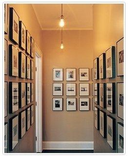 Colectie de tablouri de aceeasi dimensiune pentru decorarea unui hol ingust