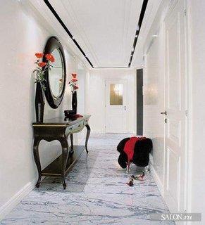 Mobilier de hol cu oglinda rotunda cu rama si pardoseala din marmura