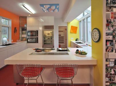 Bucatarie moderna in tonuri galben neon si portocaliu