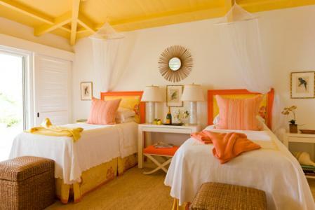 Dormitor cu tavan galben