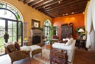Living cu mobilier clasic si pereti portocalii