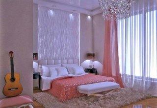 Dormitor alb cu accente colorate roz piersichiu
