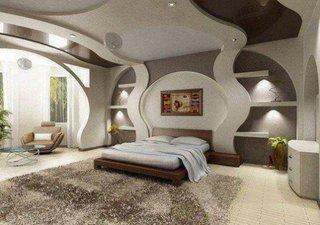 Dormitor alb cu gri si model din rigips pe perete