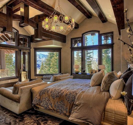 Dormitor cu pereti crem si barne de lemn pe tavan