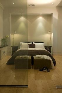 dormitor in nuante de crem si maro