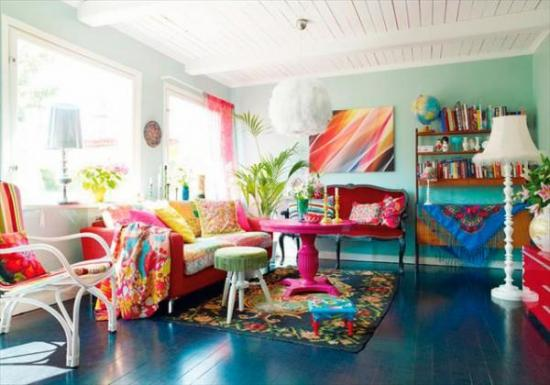 Living mobilat modern si decorat in culori tari