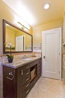 Iluminare baie cu ajutorul unei aplici montate deasupra oglinzii de la baie