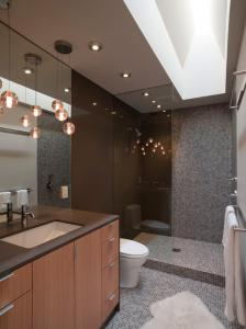iluminare baie cu ajutorul spoturilor si a unor lustre inedite