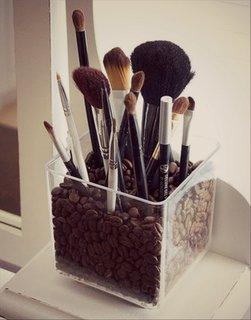 Recipient pentru accesorii de make up umplut cu boabe de cafea