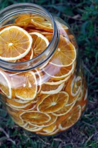 Borcan umplut cu portocale uscate