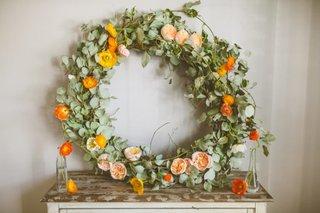 Coroana realizata din flori portocalii de sezon