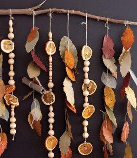 Sirag cu frunze de toamna si portocale uscate