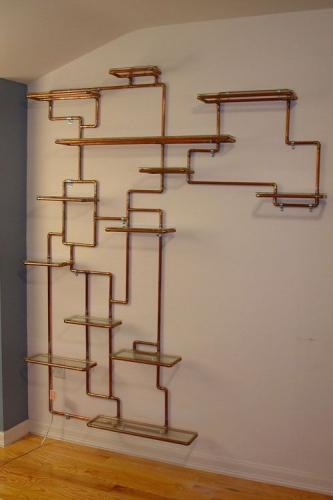 Accesorizarea peretului printr-un model geometric din tevi