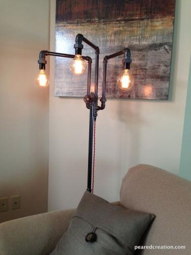 Lampa de podea moderna cu un aer industrial