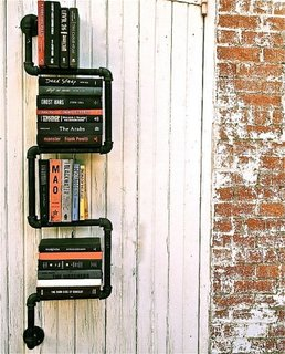 Mini biblioteca  cu rafturi din tevi